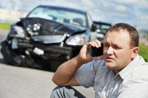 גבר מתקשר לעורך דין לאחר תאונת דרכים